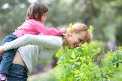 Μητέρα που δίνει το γύρο κορών Στοκ φωτογραφία με δικαίωμα ελεύθερης χρήσης