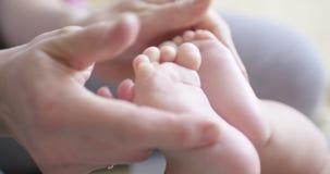 Μητέρα που δίνει το μασάζ στο νήπιο φιλμ μικρού μήκους