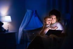 Μητέρα που διαβάζει ένα βιβλίο σε λίγο μωρό Στοκ φωτογραφία με δικαίωμα ελεύθερης χρήσης