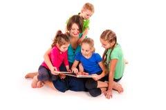 Μητέρα που διαβάζει ένα βιβλίο στα παιδιά Στοκ Φωτογραφία