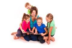 Μητέρα που διαβάζει ένα βιβλίο στα παιδιά Στοκ φωτογραφία με δικαίωμα ελεύθερης χρήσης