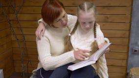 Μητέρα που διαβάζει ένα βιβλίο στην κόρη της φιλμ μικρού μήκους