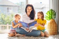 Μητέρα που διαβάζει ένα βιβλίο στοκ φωτογραφίες