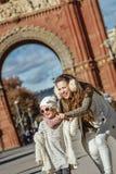 Μητέρα που δείχνει σε κάτι το παιδί κοντά Arc de Triomf Στοκ Φωτογραφία