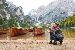 Μητέρα που δείχνει στο τοπίο με την κόρη στις ακτές της λίμνης Bries στοκ εικόνα με δικαίωμα ελεύθερης χρήσης