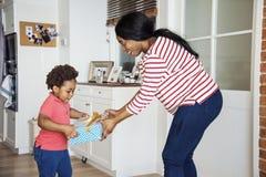 Μητέρα που εκπλήσσει το γιο της με ένα παρόν Στοκ Φωτογραφίες