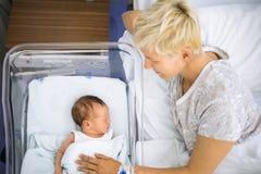 Μητέρα που εξετάζει με την αγάπη το νεογέννητο αγοράκι της Στοκ φωτογραφίες με δικαίωμα ελεύθερης χρήσης
