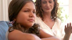 Μητέρα που εξετάζει την κόρη της απόθεμα βίντεο