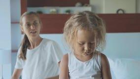 μητέρα που επιπλήττει την κόρη της καθμένος στο κρεβάτι στην κρεβατοκάμαραη στο σπίτι φιλμ μικρού μήκους