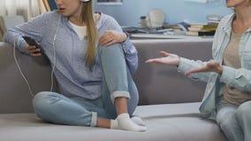 Μητέρα που επιπλήττει το απειθές κορίτσι, έφηβος που ακούει τη μουσική, που αγνοεί το γονέα φιλμ μικρού μήκους