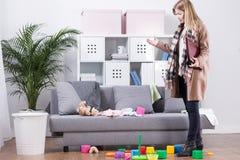 Μητέρα που επιστρέφει κατ' οίκον Στοκ Φωτογραφία