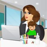 Μητέρα που εργάζεται στο lap-top στον καφέ διανυσματική απεικόνιση