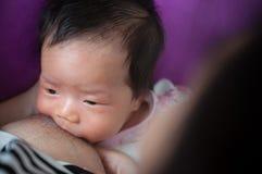 Μητέρα που θηλάζει το νεογέννητο μωρό της εκτός από το παράθυρο Το γάλα από το στήθος μητέρων ` s είναι μια φυσική ιατρική στο μω Στοκ φωτογραφίες με δικαίωμα ελεύθερης χρήσης