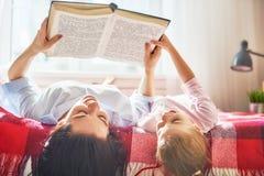 Μητέρα που διαβάζει ένα βιβλίο Στοκ εικόνα με δικαίωμα ελεύθερης χρήσης