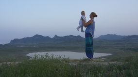 Μητέρα που κάνει τις ασκήσεις με το μωρό απόθεμα βίντεο