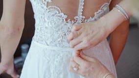 Μητέρα που κουμπώνει το γαμήλιο φόρεμα νυφών ` s φιλμ μικρού μήκους