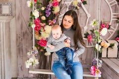 Μητέρα που κρατά το γλυκό αγοράκι Στοκ εικόνα με δικαίωμα ελεύθερης χρήσης