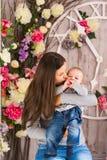 Μητέρα που κρατά το γλυκό αγοράκι Στοκ φωτογραφίες με δικαίωμα ελεύθερης χρήσης