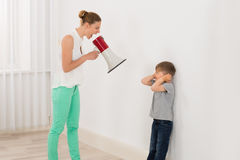 Μητέρα που κραυγάζει στο γιο της στοκ εικόνα