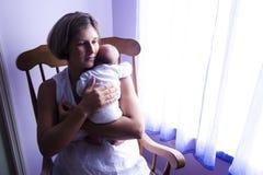 Μητέρα που λικνίζει το νεογέννητο μωρό Στοκ φωτογραφία με δικαίωμα ελεύθερης χρήσης