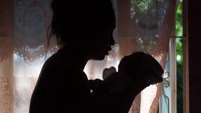 Μητέρα που μιλά στην κόρη νηπίων της απόθεμα βίντεο
