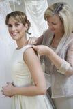 Μητέρα που ντύνει επάνω τη νύφη Στοκ εικόνες με δικαίωμα ελεύθερης χρήσης
