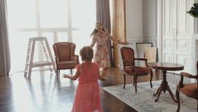 Μητέρα που παίζει με την λίγη κόρη στο σύλληψη-UPS απόθεμα βίντεο