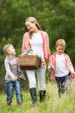 Μητέρα που παίρνει τα παιδιά στο πικ-νίκ στην επαρχία Στοκ Φωτογραφία