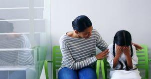 Μητέρα που παρηγορεί μια κόρη φιλμ μικρού μήκους