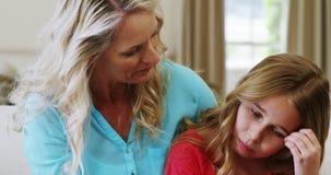 Μητέρα που παρηγορεί την κόρη της στο καθιστικό απόθεμα βίντεο