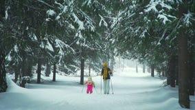 Μητέρα που παρουσιάζει κόρη πώς να κάνει σκι απόθεμα βίντεο