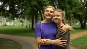 Μητέρα που περπατά τη ενήλικη κόρη της στο πανεπιστήμιο, αρχή της ζωής σπουδαστών απόθεμα βίντεο