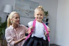 Μητέρα που προετοιμάζει την κόρη στο σχολείο στοκ εικόνα