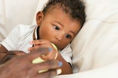 Μητέρα που ταΐζει ένα παιδί νηπίων με το γάλα στοκ φωτογραφία