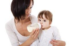 Μητέρα που ταΐζει το νεογέννητο μωρό Στοκ Εικόνα