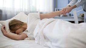 Μητέρα που τραβά το χέρι κορών που προσπαθεί να την ξυπνήσει, αργά στο σχολείο, παιδί προβλήματος στοκ φωτογραφίες με δικαίωμα ελεύθερης χρήσης