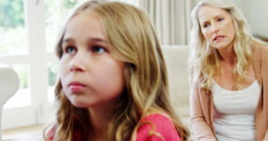 Μητέρα που υποστηρίζει με την κόρη της στο καθιστικό απόθεμα βίντεο