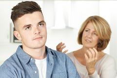 Μητέρα που υποστηρίζει με το έφηβο γιος στοκ φωτογραφία