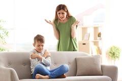 Μητέρα που υποστηρίζει με το γιο στοκ εικόνες