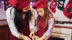 Μητέρα που φιλά την κόρη της κατά τη διάρκεια τους που διακοσμούν cupcake φιλμ μικρού μήκους