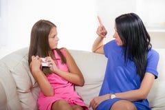 Μητέρα που φωνάζει στην κόρη με το τηλέφωνο Στοκ φωτογραφίες με δικαίωμα ελεύθερης χρήσης