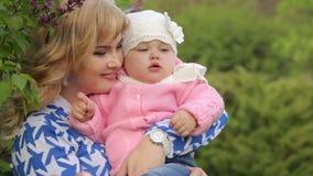Μητέρα που χαμογελά και που αγκαλιάζει το παιδί της απόθεμα βίντεο
