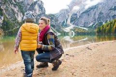 Μητέρα που χαμογελά και που γονατίζει δίπλα στην κόρη στη λίμνη Bries στοκ φωτογραφία με δικαίωμα ελεύθερης χρήσης