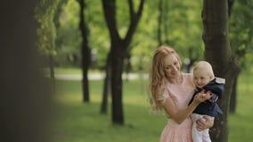 Μητέρα που χορεύει με την λίγο μωρό απόθεμα βίντεο
