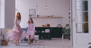 Μητέρα που χορεύει με την κόρη στο δωμάτιο απόθεμα βίντεο