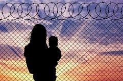 Μητέρα σκιαγραφιών με τους πρόσφυγες παιδιών στοκ εικόνες