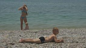 Μητέρα στην παραλία με τα παιδιά απόθεμα βίντεο