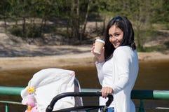 Μητέρα στον περίπατο με τη μεταφορά Στοκ Εικόνες