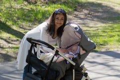 Μητέρα στον περίπατο με τη μεταφορά Στοκ φωτογραφίες με δικαίωμα ελεύθερης χρήσης