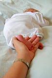 μητέρα το νεογέννητο s χεριώ& Στοκ φωτογραφία με δικαίωμα ελεύθερης χρήσης